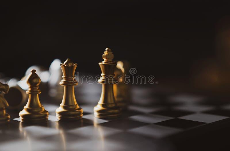 金黄下棋比赛国王,女王/王后,在船上停留的主教 免版税库存图片