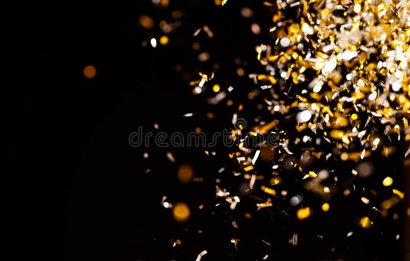 金黄五彩纸屑照片在黑背景的 免版税库存图片