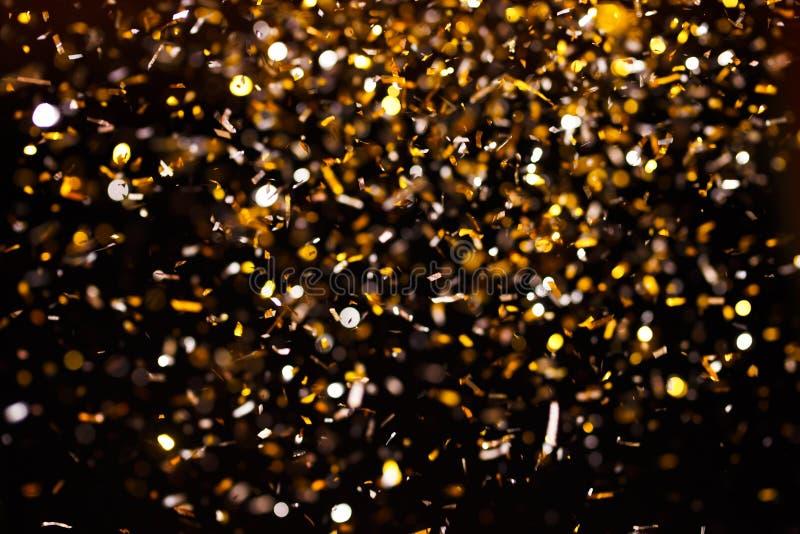 金黄五彩纸屑照片在黑背景的 图库摄影