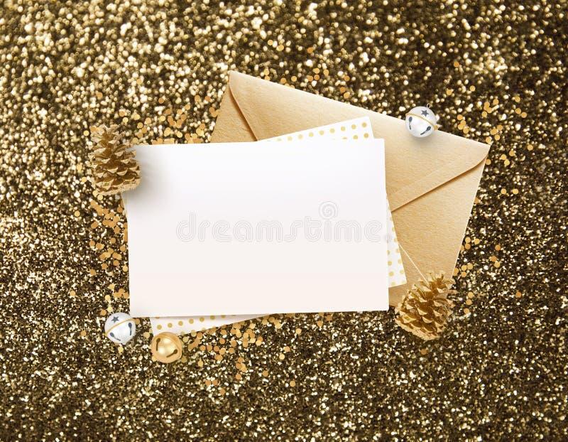 金黄信封和空白的备忘录纸嘲笑设计 皇族释放例证