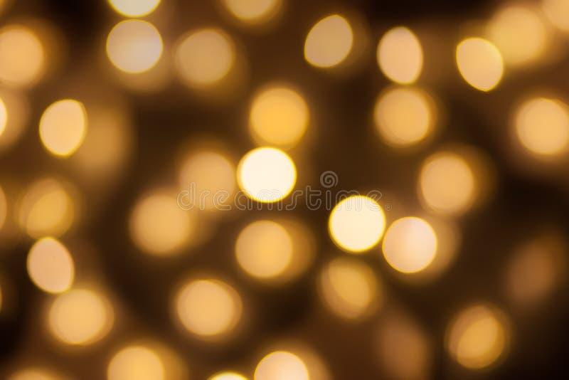 金黄光bokeh弄脏了背景,摘要美好的模糊的银色圣诞节节日晚会纹理,拷贝空间 免版税库存照片