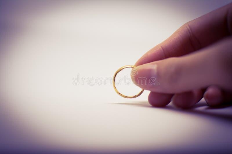 金黄圆环在妇女` s手上举行了 图库摄影