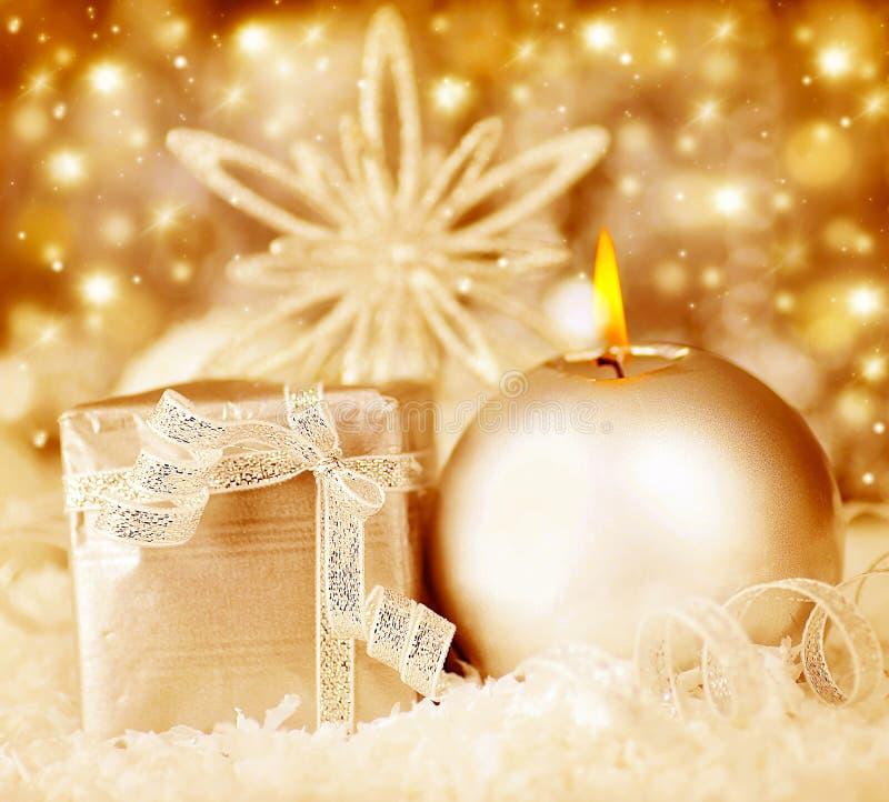 金黄圣诞节装饰,节假日背景 免版税库存图片
