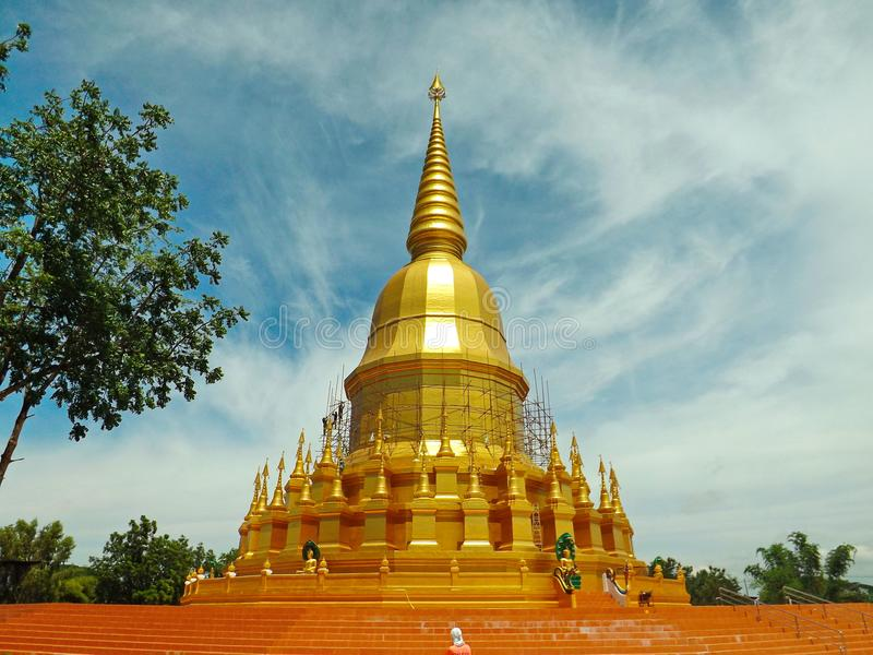 金黄塔, Mahasarakham在泰国 免版税库存照片