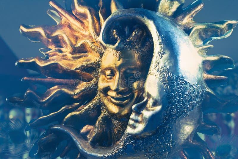 金黄太阳和银色月亮威尼斯式狂欢节面具  库存照片