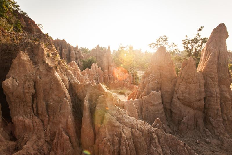 金黄太阳在圣地声浪Na Noi站点附近发光下来显示被腐蚀的砂岩柱子美丽如画的风景  古老风景 免版税库存图片