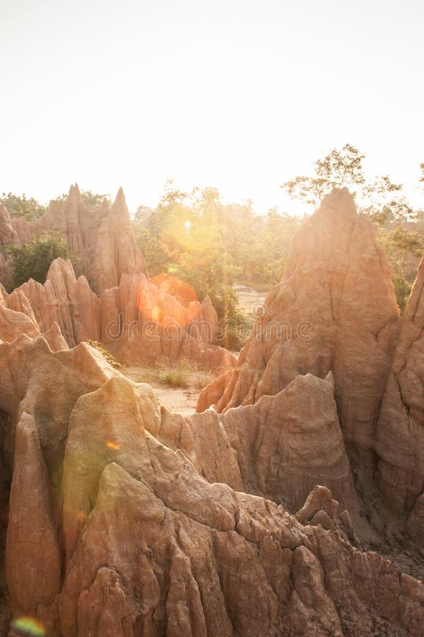 金黄太阳在圣地声浪Na Noi站点附近发光下来显示被腐蚀的砂岩柱子美丽如画的风景  古老风景 免版税库存照片