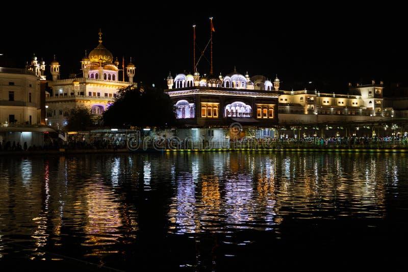 金黄寺庙Harmandir sahib在阿姆利则在晚上 图库摄影