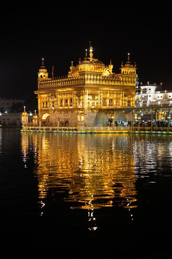 金黄寺庙Harmandir sahib在阿姆利则在晚上 免版税库存图片