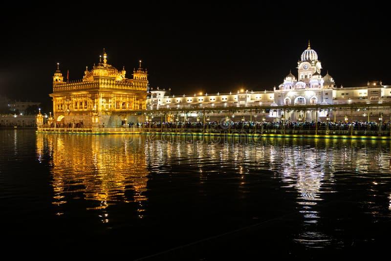金黄寺庙Harmandir sahib在阿姆利则在晚上 库存图片