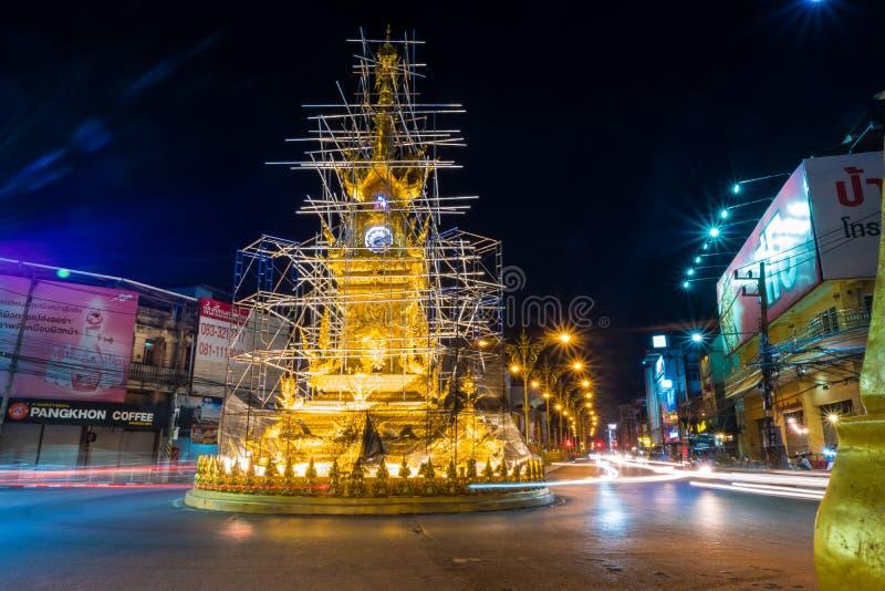 金黄尖沙嘴钟楼,修造在典型的泰国样式是清莱市的建筑学标志夜间的 库存照片