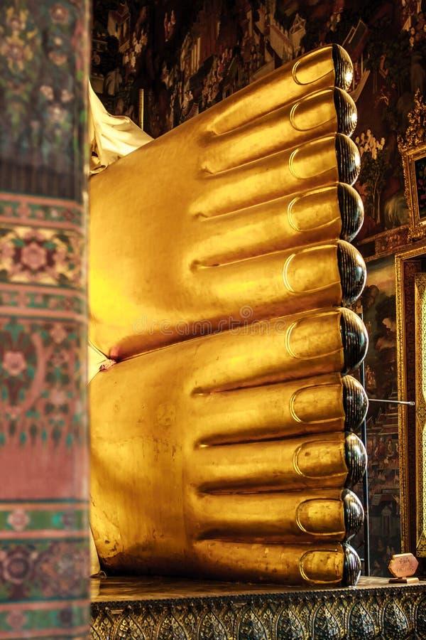 金黄斜倚的菩萨雕象的脚在Wat Pho寺庙,曼谷,泰国的 库存图片