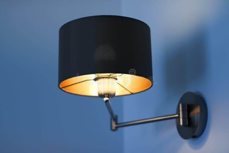 金黄灯在屋子里,典雅的现代家庭装饰照明设备 库存照片