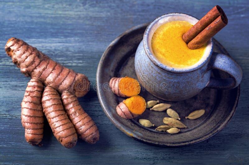 金黄牛奶用姜黄 库存图片