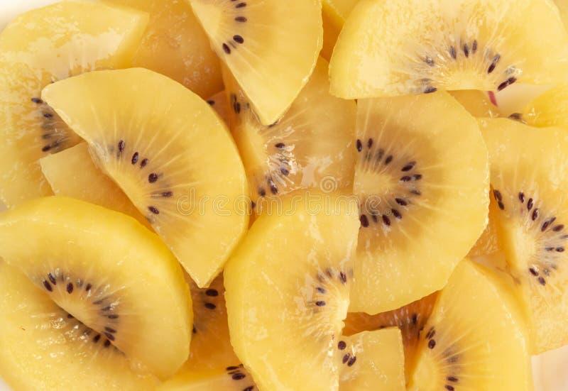 金黄猕猴桃切片,果子概念的顶视图关闭 免版税库存照片