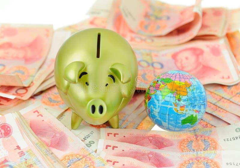 金黄猪银行和rmb票据 库存图片