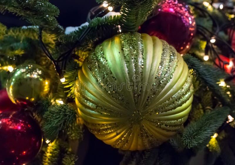 金黄球装饰五颜六色的发光的装饰季节性欢乐圣诞节特写镜头 免版税库存照片