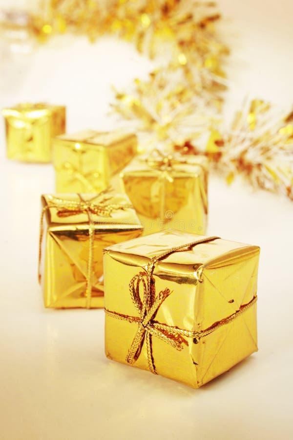 Download 金黄的礼品 库存图片. 图片 包括有 反射性, 少数, 金子, 诗歌选, 金黄, 衣服饰物之小金属片, 附注 - 3652189