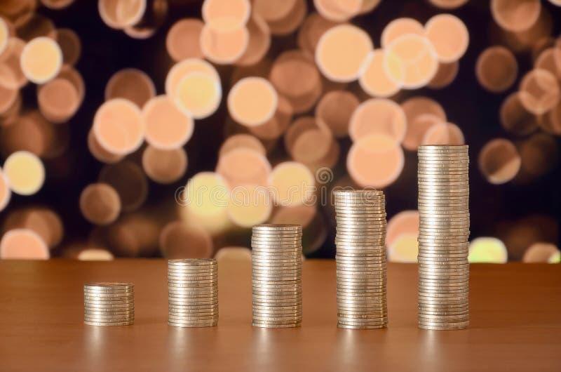 金黄硬币堆安排了作为图表 硬币的增长的专栏 免版税图库摄影