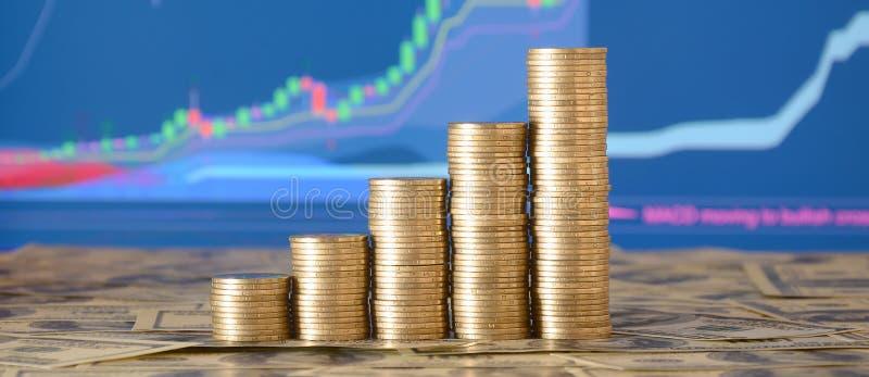 金黄硬币堆安排了作为图表 硬币的增长的专栏 免版税库存照片