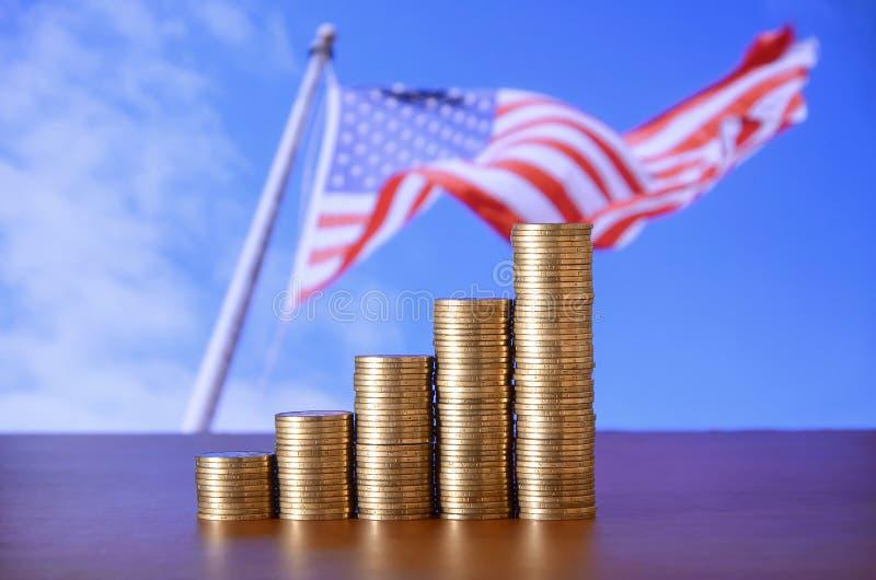金黄硬币堆安排了作为图表 硬币的增长的专栏 图库摄影