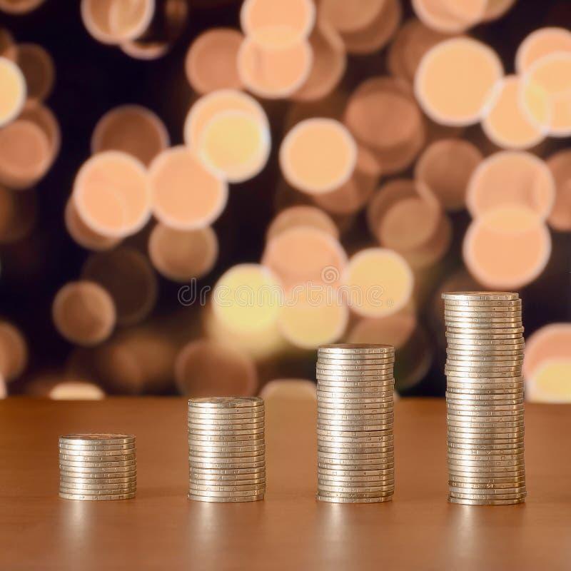 金黄硬币堆安排了作为图表 硬币的增长的专栏 库存图片