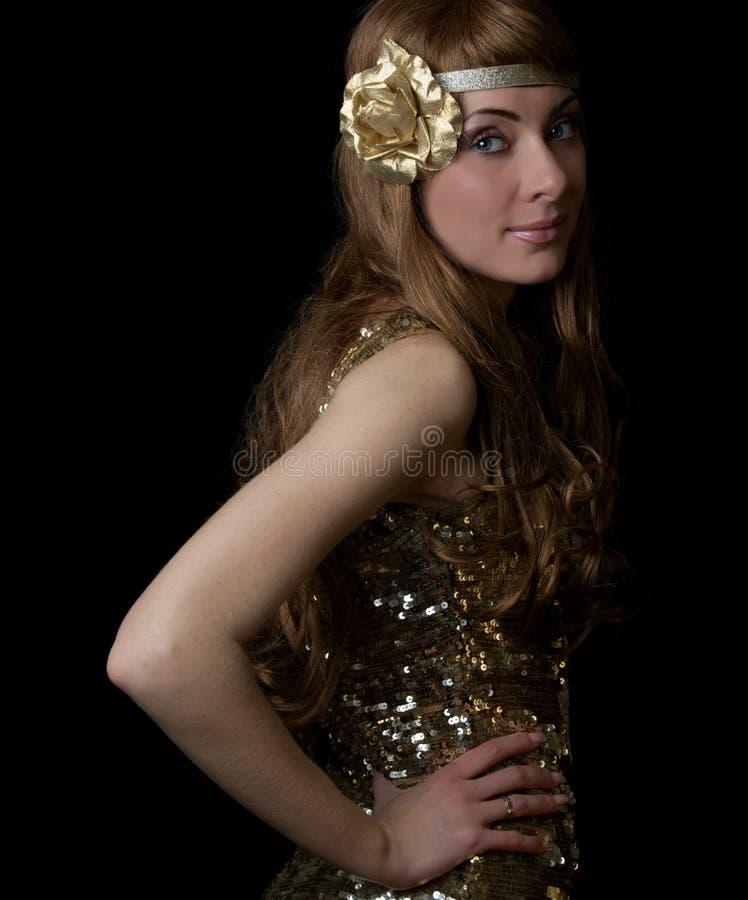 金黄礼服的减速火箭被称呼的妇女 免版税库存图片