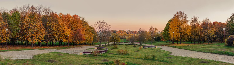 金黄秋天 从小山的全景到平衡的秋天城市公园 免版税图库摄影