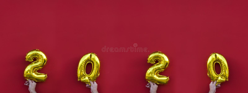 金黄箔气球 黄色发光的数字,2020个新年 库存照片