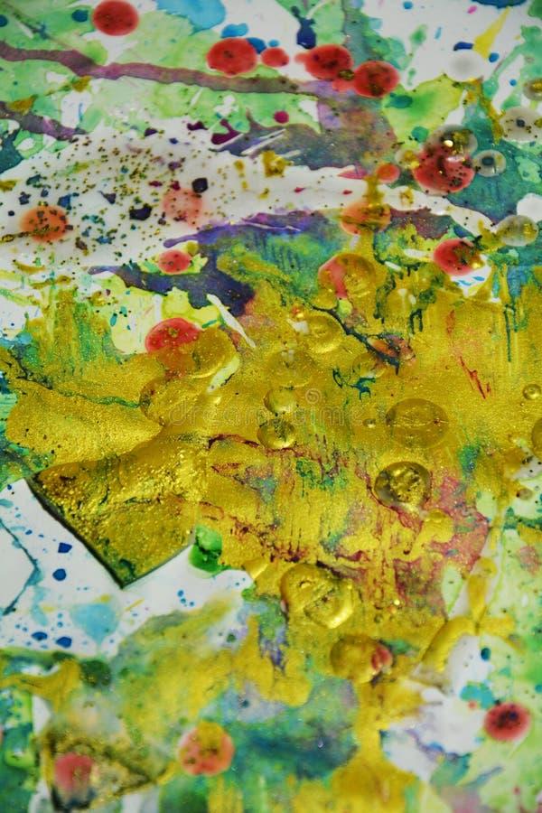 金黄紫色红色桃红色嬉戏的滴水,绘抽象创造性的背景 库存图片