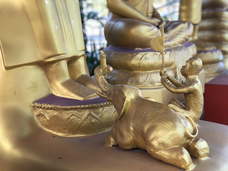 金黄纪念碑在泰国普吉岛-猴子和大象崇拜菩萨 免版税库存图片