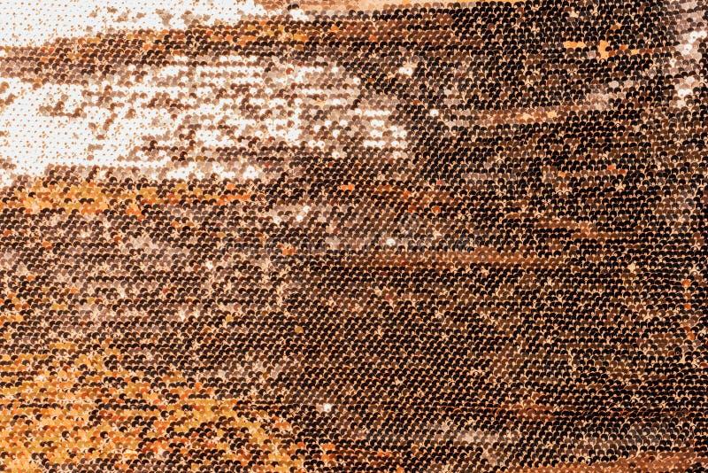 金黄纺织品高的看法与发光的衣服饰物之小金属片的 免版税库存图片