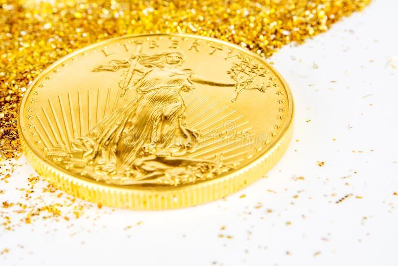金黄美国老鹰放置在glitering的一枚盎司硬币金黄背景 免版税库存图片