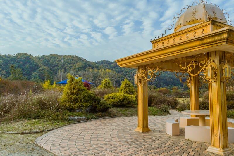 金黄色的眺望台在多云天空下 库存照片