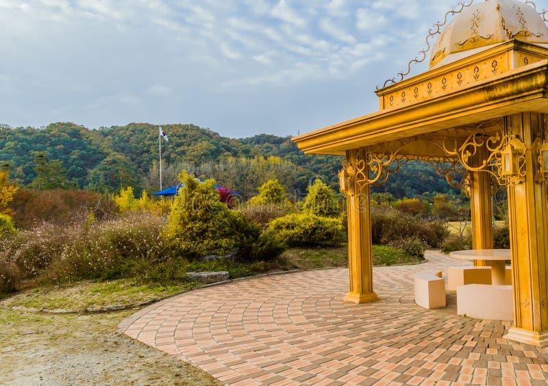 金黄色的眺望台在多云天空下 免版税库存照片