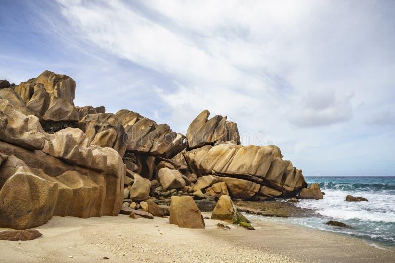 金黄花岗岩晃动在盛大anse, la digue,塞舌尔群岛1 免版税库存照片