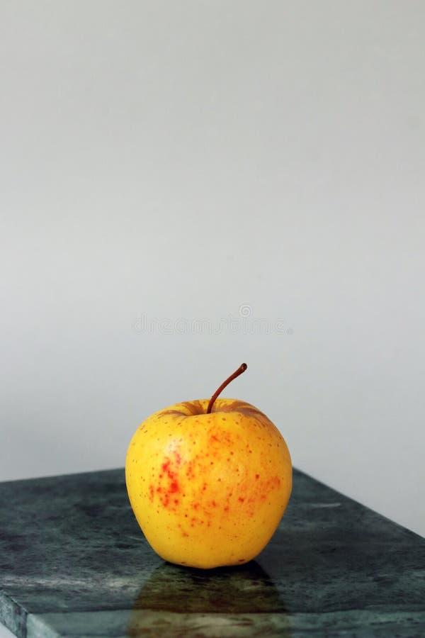 金黄苹果计算机有机健康和饮食 库存图片