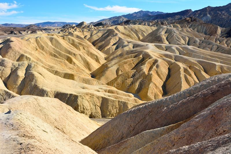 金黄荒地被腐蚀入波浪、褶和沟壑在Zabrisk 免版税图库摄影