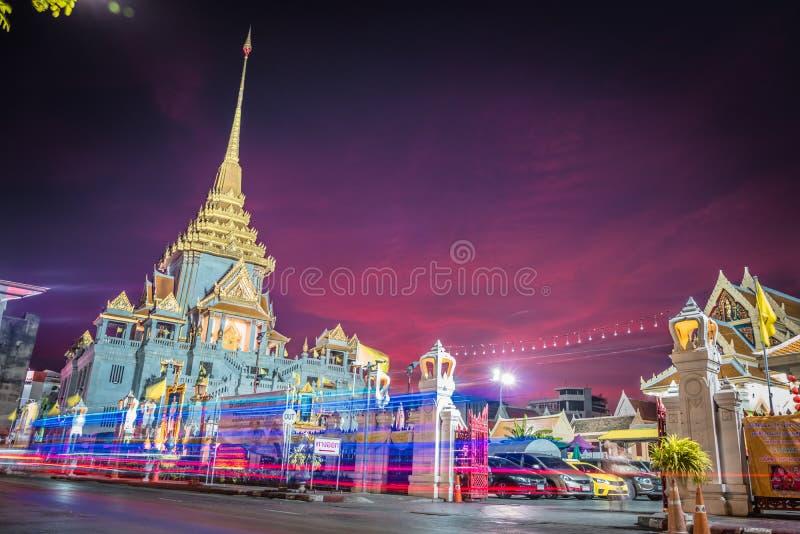 金黄菩萨寺庙或'Wat Traimitr Withayaram'在晚上 免版税库存图片