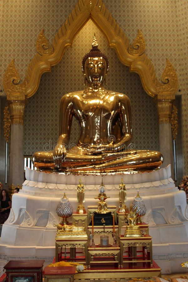 金黄菩萨的雕象在泰国 免版税库存照片