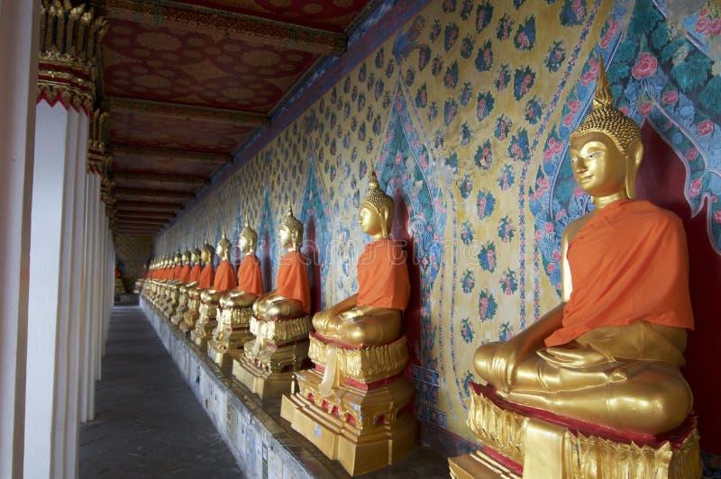 金黄菩萨雕象连续在郑王寺在曼谷 免版税库存图片