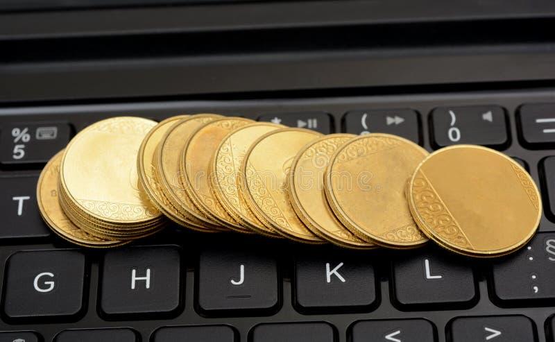 金黄落在键盘铸造-碰撞财政概念 免版税库存图片