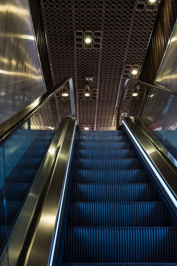 金黄蓝色自动扶梯 图库摄影