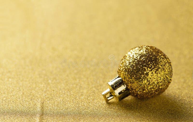 金黄闪烁的光亮的圣诞节球 免版税库存照片