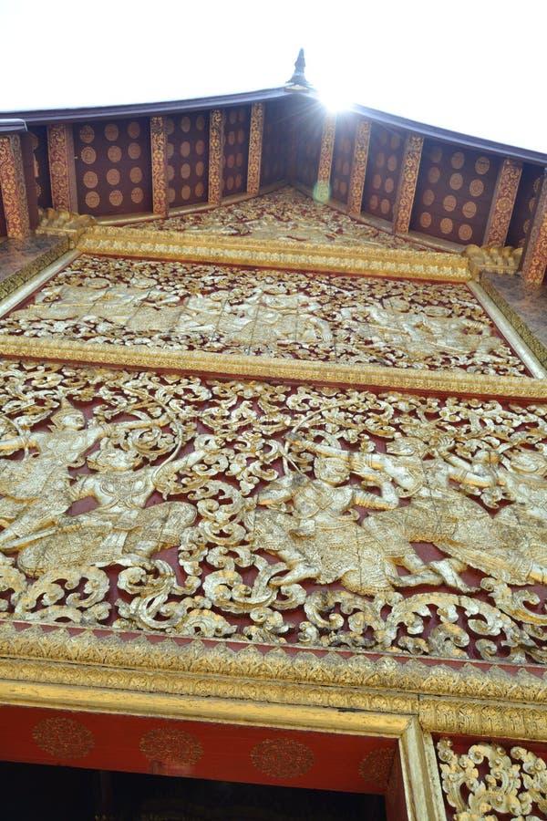 金黄雕象壁画和雕刻在琅勃拉邦老挝佛教寺庙  图库摄影