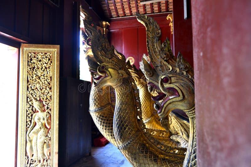 金黄雕象壁画和雕刻在琅勃拉邦老挝佛教寺庙  免版税库存图片