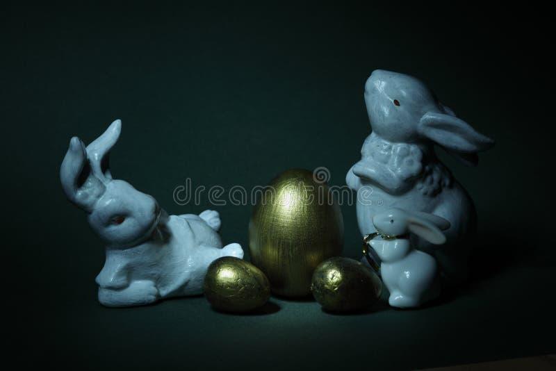 金黄鸡蛋和家庭兔子 免版税库存照片