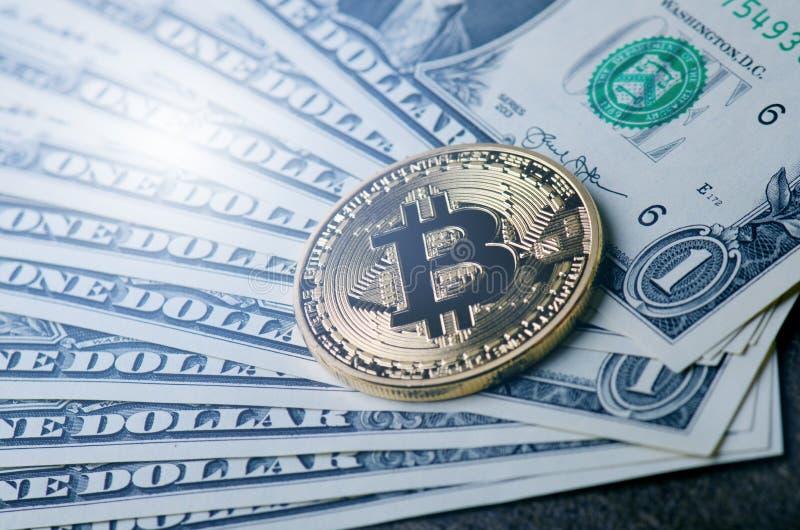 金黄bitcoin在纸美元金钱和黑暗的背景铸造与太阳 真正货币 隐藏货币 新的真正金钱 免版税库存照片