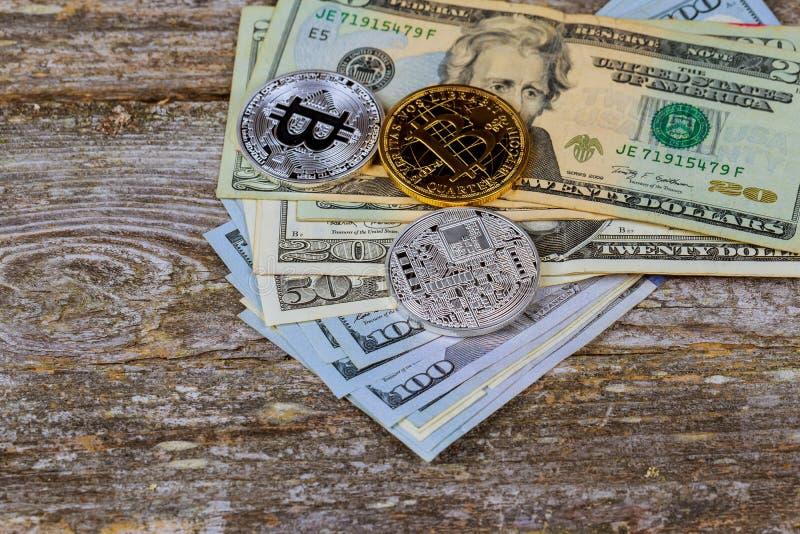 金黄bitcoin在纸美元金钱和黑暗的背景铸造与太阳 真正货币 隐藏货币 库存图片