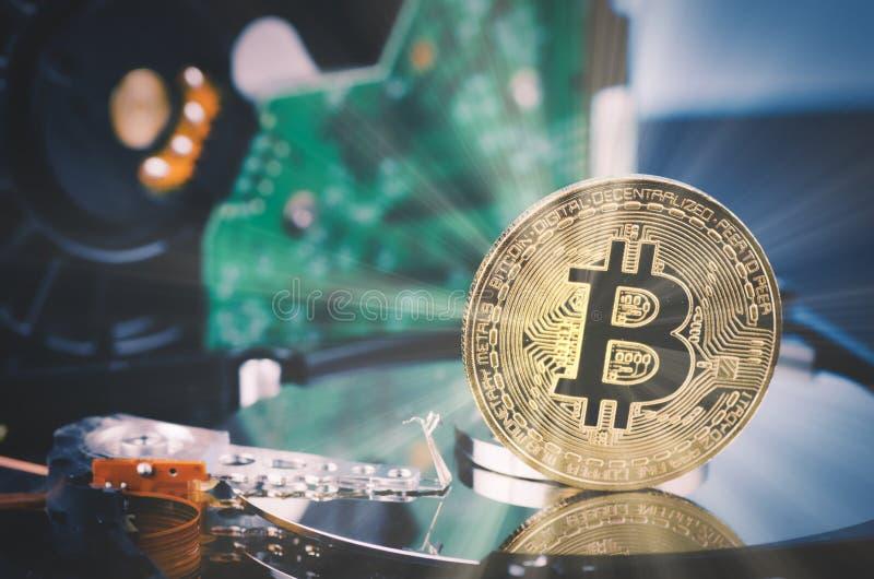 金黄bitcoin折除在轻轻地被点燃的黑暗的背景和光线的硬盘 免版税图库摄影